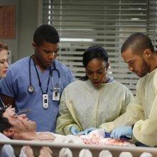 Grey's Anatomy: Sarah Drew, Richard Kahan, Gaius Charles, Jerrika Hinton e Jesse Williams nell'episodio Thigns We Said Today, della nona stagione
