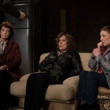 Carmen Maura, Dominique Lavanant, Françoise Bertin nella commedia Paulette.