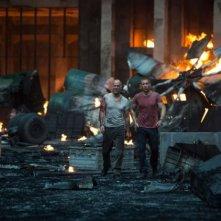 Bruce Willis e Jai Courtney si allontanano dalla catastrofe in Die Hard - Un buon giorno per morire