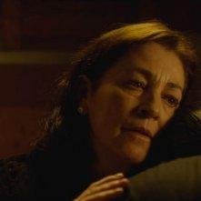 Carmen Maura abbraccia Stefano Dionisi in una scena de La madre
