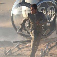 Oblivion: Tom Cruise in fuga in una scena del film