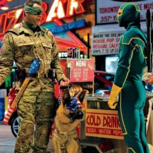 Kick-Ass 2: Jim Carrey e il suo cane incontrano Kick-Ass, interpretato da Aaron Johnson
