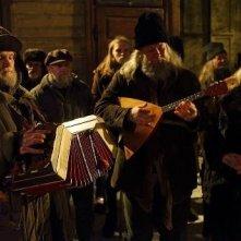 Educazione Siberiana: tre suonatori eseguono musica popolare in una scena del film