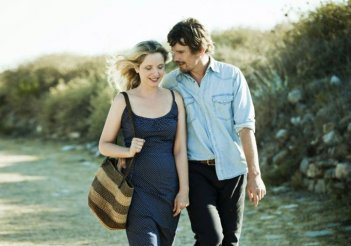 Ethan Hawke e Julie Delpy passeggiano in un'immagine di Before Midnight