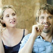 Ethan Hawke e Julie Delpy sorridenti in una scena di Before Midnight