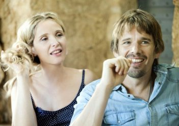 Ethan Hawke e Julie Delpy sorridenti in una scena di Before Midnight