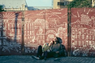 The Necessary Death of Charlie Countryman: Shia LaBeouf ed Evan Rachel Wood seduti a terra in una scena del film