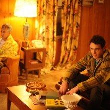 Maladies: James Franco e David Strathairn seduti davanti alla televisione
