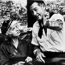 Beverly Aadland accanto ad Errol Flynn, del quale fu l'ultima amante