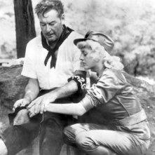 Beverly Aadland con Errol Flynn sul set