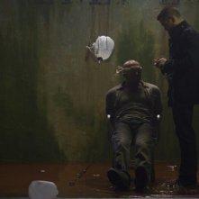 Dead Man Down: Colin Farrell di fronte a un prigioniero