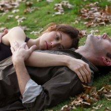 Olga Kurylenko e Ben Affleck abbracciati in una romantica immagine di To the Wonder
