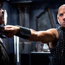 Vin Diesel minaccia il nemico in una scena di Riddick