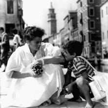 Il piccolo Gaetano Autiero con Katharine Hepburn in Tempo d'estate