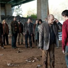 Warm Bodies: Rob Corddry con Nicholas Hoult in una scena del film
