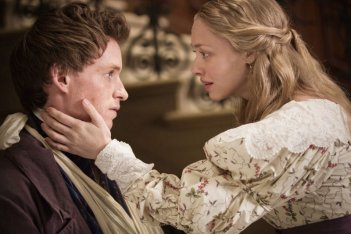 Amanda Seyfried con Eddie Redmayne in Les Misérables