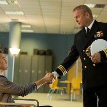 Chris Pine e Kevin Costner si stringono la mano in Jack Ryan
