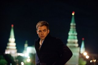 Look da agente per Chris Pine nella prima immagine di Jack Ryan