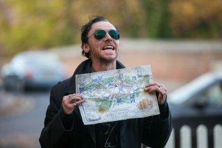 The World's End: Simon Pegg con in mano la mappa del mitico giro dei pub