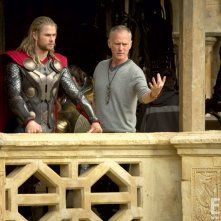 Thor: The Dark World: Chris Hemsworth prima di una scena insieme al regista Alan Taylor