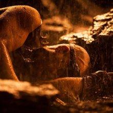 Ancora un'immagine di Vin Diesel sdraiato tra le rocce in Riddick