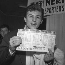 Sanremo 1962 - Tony Renis con la schedina per il voto