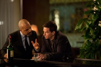Broken City: Mark Wahlberg e Jeffrey Wright in una scena del film