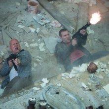 Bruce Willis con Jai Courtney in una scena action di Die Hard - Un buon giorno per morire