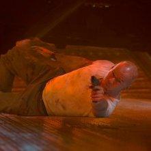 Bruce Willis in una scena action di Die Hard - Un buongiorno per morire