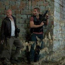 Bruce Willis insieme a Jai Courtney in una scena di Die Hard - Un buongiorno per morire