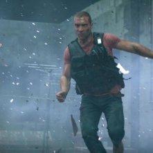 Jai Courtney durante un'esplosione in Die Hard - Un buongiorno per morire