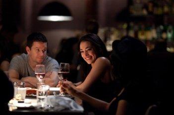 Mark Wahlberg in una scena di Broken City con Natalie Martinez