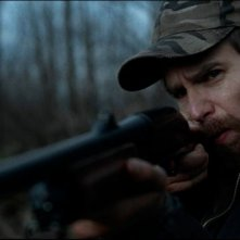 A Single Shot: Sam Rockwell punta il suo fucile in una scena del film