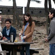 Nobody's Daughter Haewon: Jiwon Ye, Junsang Yu, Eunchae Jung e Sunkyun Lee in una scena del film