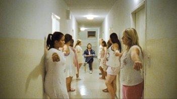 Paradise: Hope, Melanie Lenz insieme alle sue compagne di clinica in una scena