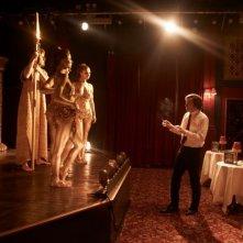 Steve Coogan con alcune ballerine in una scena di The Look of Love