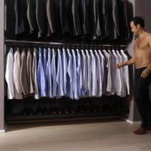 Studio illegale: Fabio Volo a torso nudo sceglie una camicia da indossare