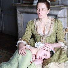 The Nun: Martina Gedeck in una scena del film con Pauline Etienne