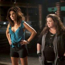 Corpi da reato: Sandra Bullock e Melissa McCarthy in una divertente scena del film