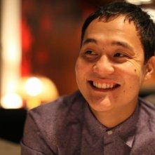 Harmony Lessons: il regista Emir Baigazin sorridente sul set del film