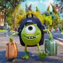 Monsters University: Mike con le sue cartelle si dirige verso la scuola in una scena