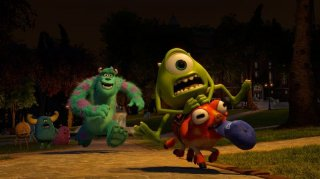 Monsters University: Mike e Sulley si rincorrono in una scena del film