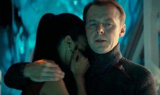 Zoe Saldana e Simon Pegg in Star Trek Into Darkness