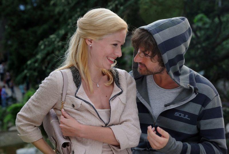 Il Principe Abusivo Alessandro Siani E Sarah Felberbaum Sorridenti In Una Scena 265458