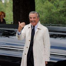 Il principe abusivo: Christian De Sica sorride in una scena del film
