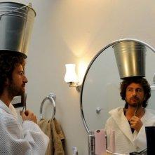 Il principe abusivo: il 'principe' Alessandro Siani allena il suo portamento in una scena del film