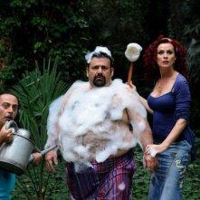 Il principe abusivo: Nello Iorio, Lello Musella e Serena Autieri in una divertente scena del film