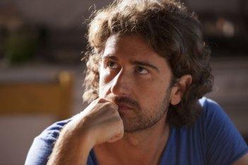 Il principe abusivo: un bel primo piano di Alessandro Siani tratto dal film