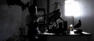 Non ci indurre in tentazione: Lorenzo Berti in una suggestiva scena in bianco e nero del film