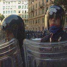 The Summit: la polizia circonda il corpo di Carlo Giuliani in piazza Alimonda